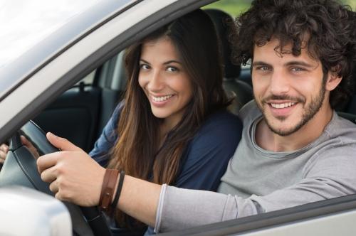 un couple en voiture